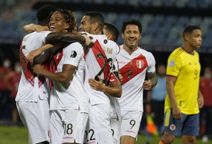 Mina anota en su arco; Perú vence a Colombia y revive