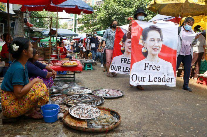 Junta militar de Myanmar limita internet y TV satelital