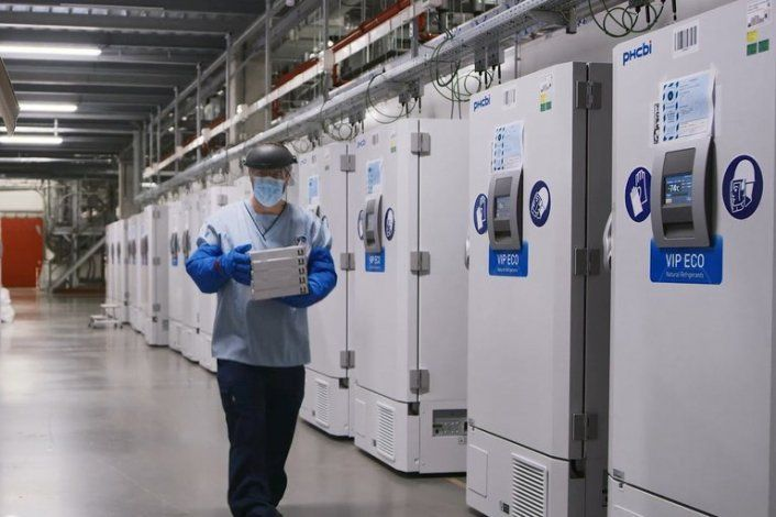 Congeladores almacenan la vacuna en la planta farmacéutica de Pfizer en Puurs, Bélgica