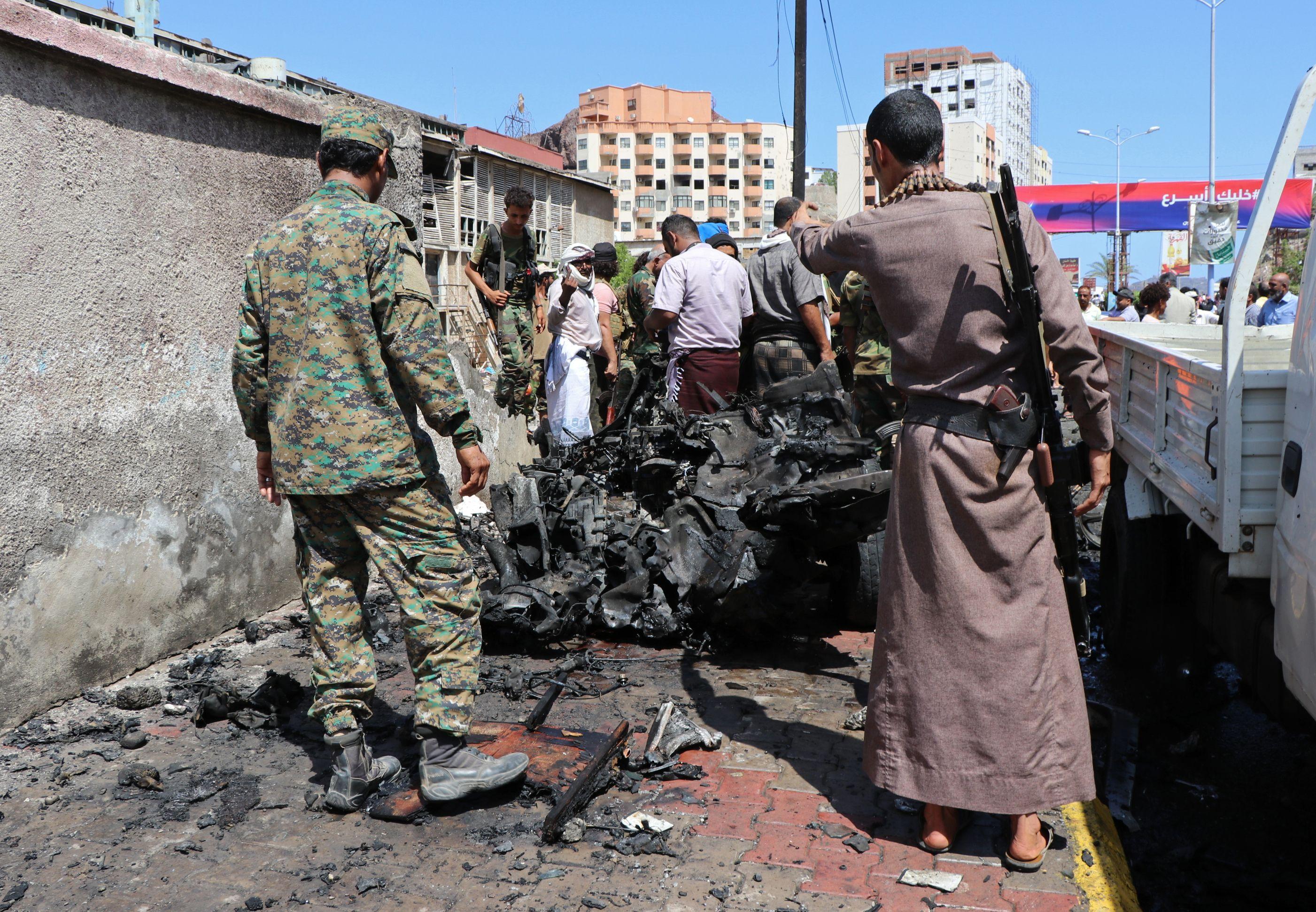 seis muertos por bomba contra funcionarios en yemen
