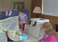 bomberos de miami vacunan contra el coronavirus en edificios de personas mayores