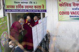 dalai lama recibe 1ra dosis de vacuna contra el coronavirus