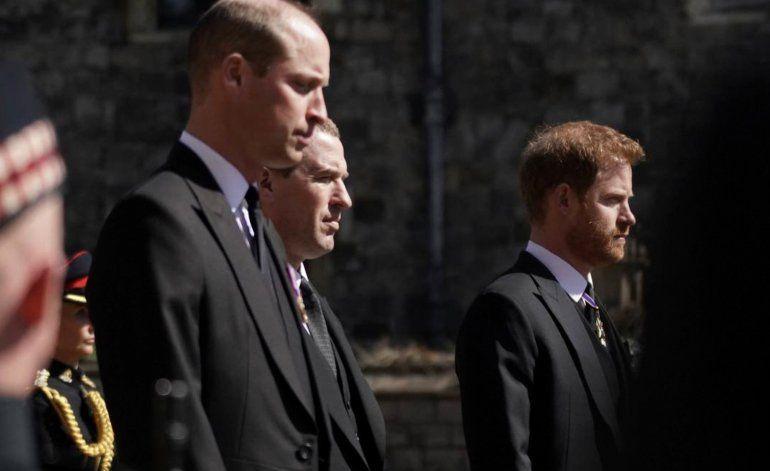 ¿El primer paso hacia la reconciliación?: los príncipes William y Harry se mostraron juntos y hablando distendidos en el funeral del Duque de Edimburgo