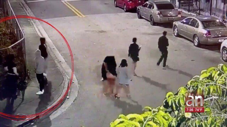 Captado en cámara quedó el momento en que un grupo de turistas fue asaltado por unos ladrones