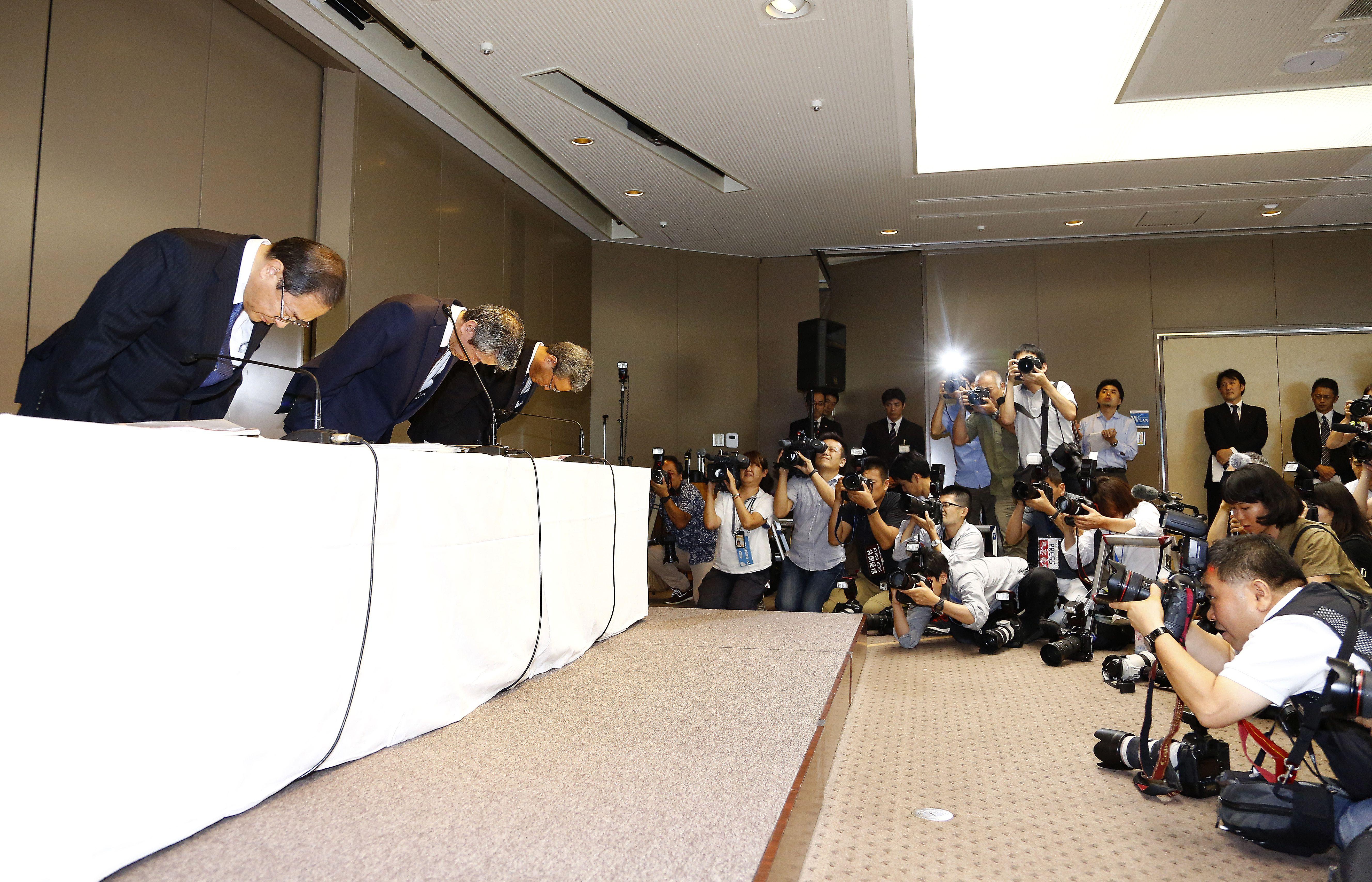 CEO de Toshiba y 8 directivos más renuncian tras escándalo