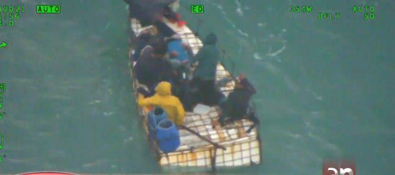 Liberan a dos de ocho balseros cubanos rescatados